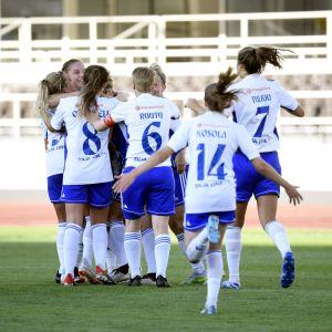 HJK-spelarna jublar över Hanna Ruohomaas mål.