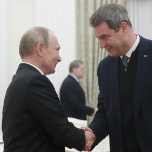 Vladimir Putin ja Markus Söder kättelevät