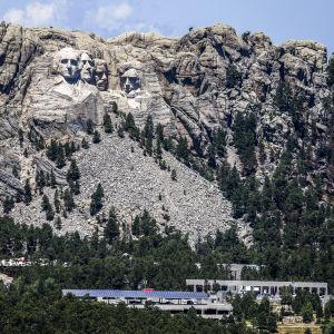 Mount Rushmore -monumentti on kaiverrettu Etelä-Dakotaan.