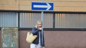 Bilskolelärare Helen Högström vid trafikmärke