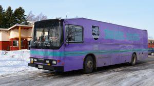 Sibbos bokbus står parkerad utanför Boxby skola.