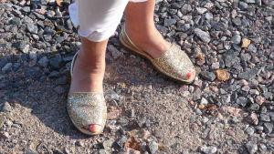 Bild på sandaler med guldpaljetter