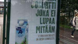 Valion A+ luonnonjogurtti, mainos bussipysäkin katoksessa