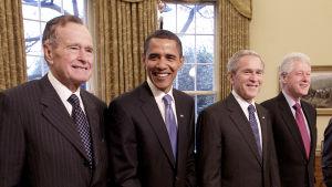 Fyra av USA:s tidigare presidenter på rad. Jimmy Carter, Barack Obama, George W. Bush och Bill Clinton