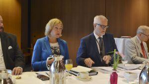 Europaparlamentarikerna Henna Virkkunen (Saml) och Petri Sarvamaa (Saml) i Strasbourg 11.9.2018.