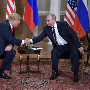 Presidenterna Vladimir Putin och Donald Trump skakar hand på presidentens slott i Helsingfors.
