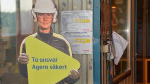 Pappdockor påminner om säkerheten på Ssab:s fabrik i Hangö.