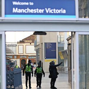 """Poliser patrullerar ständigt på den livliga Victoria station i Manchester. Stadens polischef kallade poliserna som övermannade den misstänkte för """"otroligt modiga"""""""