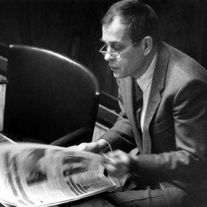 Jörn Donner läser dagstidningen i riksdagen i november 1990.