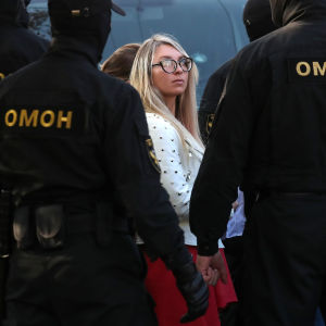 Säkerhetsstyrkor omringar kvinnliga demonstranter i Minsk.