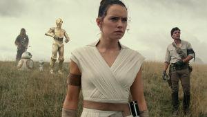 Rey (Daisy Ridley) står i förgrunden och i bakgrunden syns Chewbacca, C-3PO, R2-D2, Poe Dameron (Oscar Isaac) och Finn (John Boyega).