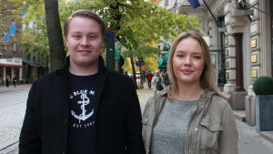 Ålänningarna Emil Rönnberg och Emma Lindvall tittar in i kameran. Ungdomarna står i centrala Helsingfors.