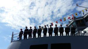 Marinofficerare står på kommandobryggan till ett av marinens örlogsfartyg.