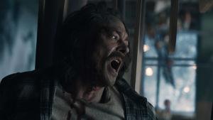 Kristian (Kristoffer Joner) i ett hus som håller på att falla.