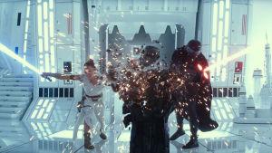 Rey (Daisy Ridley) och Kylo Ren (Adam Driver) slåss i en enorm vit byggnad.