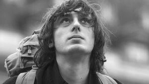 Nuori mies lähikuvassa. Kuva elokuvasta Oppivuodet pariisilaisittain (Mes provencales).