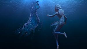 Elsa simmar med vattenhästen