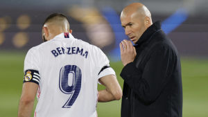 Zinedine Zidane pratar med Karim Benzema.