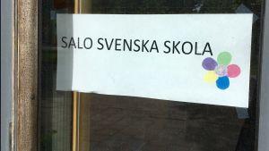 En skylt för Salo svenska skola