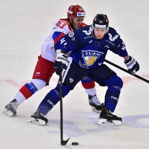 Joel Kiviranta mot Jevgenij Dadonov.