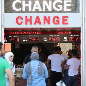 Personer besöker växlingskontor i Istanbul den 14 augusti 2018.