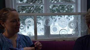 en kvinna i en soffa vid ett fönster