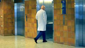Läkare går in i hissen i aulan på Vasa centralsjukhus