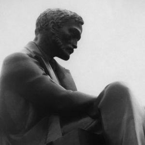 Aleksis Kiven patsas Helsingin Rautatientorilla