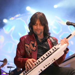 Robert Wells spelar på en keytar.