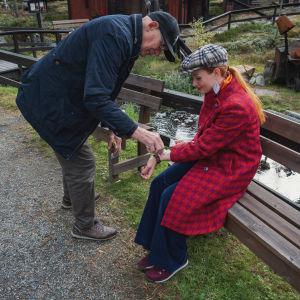 Mies puhdistaa haavaa naisen kädessä