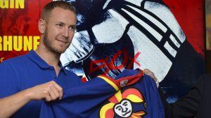 Peter Regin presenterar Jokerits tröja.