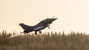 Dassault Rafale nousemassa Pirkkalan lentokentältä.