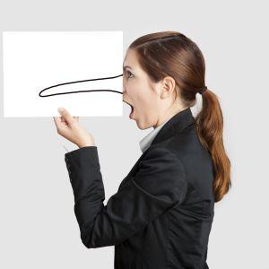 kvinna i profil håller upp papper framför ansiktet med tecknad långnäsa
