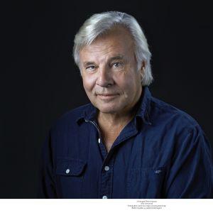 Författaren Jan Gullou klädd i blå skjorta.