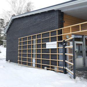 Kårkulla byggnad i vinterskrud.