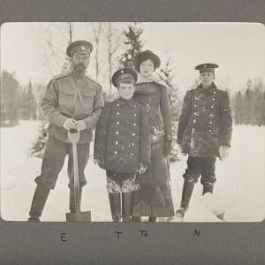 Tsarfamiljen i snön. Bilden tagen i Tsarskoje Selo, familjens sommarresidens i staden Pusjkin.