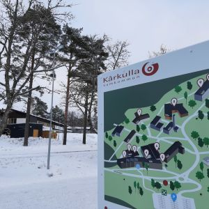 Infarten till Kårkullabacken i Pargas med en karta över området i förgrunden.