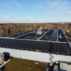 Aurinkopaneeleja Sinituotteen Kokemäen tehtaan katolla.