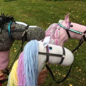 Tre olika käpphästar gjorda av garn
