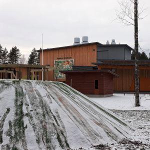 Jukolan päiväkodin ulkoverhous on puuta.