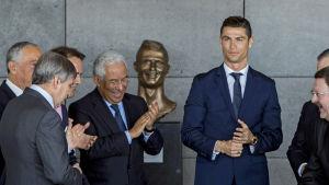 Cristiano Ronaldo framför en staty som föreställer honom på Madeiras flytplats, våren 2017.