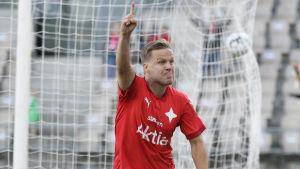 Jani Bäckman firar HIFK:s 2–0-mål.