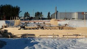Brobygge över riksväg 25 i Lojo.