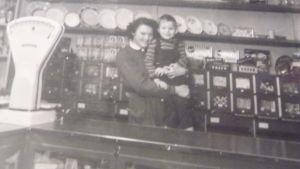 Svartvitt fotografi taget på 1950-talet i Gröna Boden i Bromarv, en liten matbutik