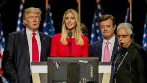 Donald och Ivanka Trump med Paul Manafort på scenen 2016