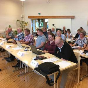 Kimitoöns kommunfullmäktige sammanträder, ledamöterna sitter på sina platser.
