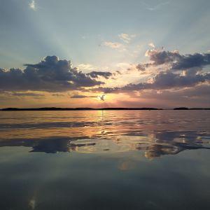 Tyyntä Kallaveden pintaa auringonlaskun aikaan