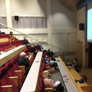 Yleisöä istumassa auditoriossa.