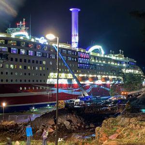 Viking Grace som kört på grund nära Mariehamn. Bilden är tagen med blixt på kvällen.