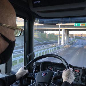 Kouolutuskeskus Salpauksen logistiikan lehtori Pasi Suhonen ajaa täysperävaunuyhdistelmää uudella Kehätiellä.